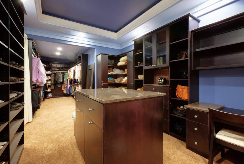Custom Walk-in Maple Wood Veneer