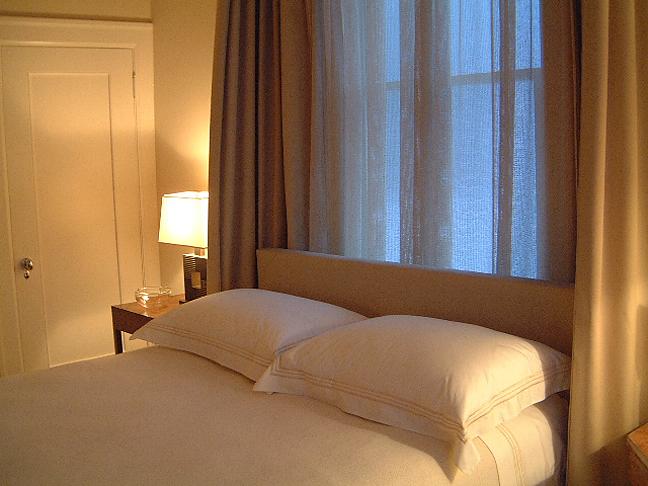 Интерьер спальни фото кровать у окна